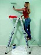 mujer pintando pared, mujer hot pintando, mujer hot sobre escalera